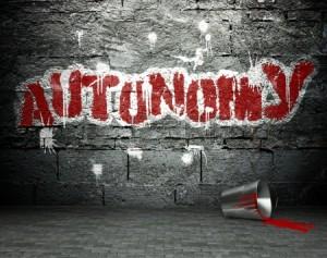 25334141-pared-de-la-pintada-con-la-autonomia-arte-de-la-calle-de-fondo
